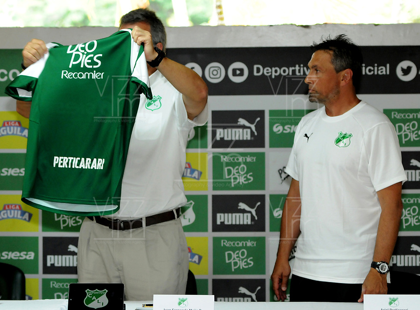 CALI - COLOMBIA, 08-01-2019: Juan Fernando Mejía (Izq.), Presidente y Ariel Perticarari (Der.) preparador físico del Deportivo Cali durante rueda de prensa después del entrenamiento previo a la Liga Águila I 2019 en la sede campestre del Club en Pance, Colombia. / Juan Fernando Mejía (L) President and Ariel Perticarari physical trainer (R) of Deportivo Cali during press conference after training prior the Aguila League I 2019 at sporting headquarters in Pance, Colombia. Photo: VizzorImage/ Nelson Ríos / Cont.