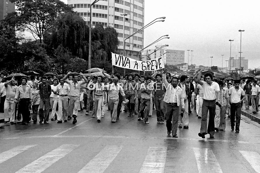 Passeata de metalurgicos do ABC em greve. SBC. 1979. Foto de Juca Martins.