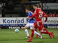 Artur Sobiech (SV Darmstadt 98) wird gehalten von Jan-Stipe Vucur (1. FC Kaiserslautern) aber kein Elfmeter - 21.02.2018: SV Darmstadt 98 vs. 1. FC Kaiserslautern, Stadion am Boellenfalltor, 2. Bundesliga