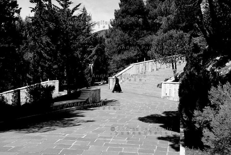 Italia, San Giovanni Rotondo (FG). Convento dei Frati Cappuccini. <br /> Lungo la Via Crucis.<br /> Italy, San Giovanni Rotondo (FG), Monk's Convent. <br /> Along the Via Crucis.