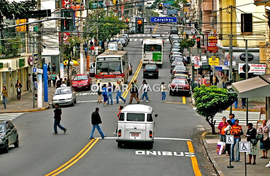 Cruzamento na Rua Alfonso Bovero, Perdizes. São Paulo. 2004. Foto de Juca Martins.