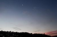 SÃO PAULO, 13 DE MAIO 2013 - CLIMA TEMPO - Temperatura amena com  máxima de 27 e minima de 17  no fim de tarde desta segunda-feira(13), zona oeste da capital -  FOTO: LOLA OLIVEIRA/BRAZIL PHOTO PRESS