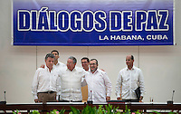 "LA HABANA - COLOMBIA, 23-09-2015 Juan Manuel Santos (Izq) , Presidente de Colombia y Rodrigo Londoño (Der), alias ""Timochenko"", lider máximo de las Farc, son recibidos por Raul Castro (C), Presidente de Cuba, hoy 23 de septiembre de 2015, previo al anuncio del acuerdo entre el Gobierno de Colombia y las Farc para poner fin al conflicto armado en Colombia./ Juan Manuel Santos (L), President of Colombia, and Rodrigo Londoño (R), alias ""Timochenko"" are received by Raul Castro(C), President of Cuba, today 23 september 2015, prior the announcement of the agreetment between Colombia Government and left guerrillas of Farc to give the end of the armed conflict in Colombia. Photo: VizzorImage /  César Carrión - SIG / HANDOUT PICTURE; MANDATORY EDITORIAL USE ONLY/ NO MARKETING, NO SALES"