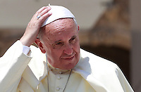 Papa Francesco tiene l'udienza generale del mercoledi' in Piazza San Pietro, Citta' del Vaticano, 4 giugno 2014.<br /> Pope Francis attends his weekly general audience in St. Peter's Square at the Vatican, 4 June 2014.<br /> UPDATE IMAGES PRESS/Isabella Bonotto<br /> <br /> STRICTLY ONLY FOR EDITORIAL USE