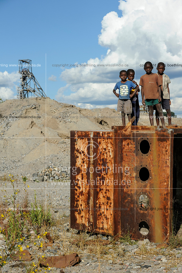 ZAMBIA Luanshya Copperbelt, abandoned stockpile of Luanshya Copper Mine, which belongs to chinese group China Nonferrous Metal Mining Group Co (CNMC) / SAMBIA Luanshya, Abraumhalde eines stillgelegten Schachts der Kupfermine Luanshya Copper Mines, das dem chinesischen Unternehmen  China Nonferrous Metal Mining Group Co - CNMC gehoert, im sogenannten copperbelt einem der groessten Kupfer Bergbaugebiete weltweit, durch Privatisierung sind viele Arbeitsplaetze verloren gegangen und vom Rohstoffreichtum kommt nur wenig bei der lokalen Bevoelkerung an