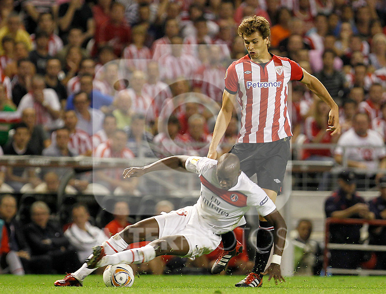 Athletic de Bilbao's Fernando LLorente (r) and Paris Saint-Germain's Mohamed Sissoko during Europa League match.September 29,2011. (ALTERPHOTOS/Acero)