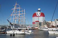 Sweden, Vaestra Goetaland County, Gothenburg: Lilla Bommen harbour with the Barken Viking ship and the Goeteborgs-Utkiken building Skanskaskrapan (The Lipstick) | Schweden, Vaestra Goetalands laen, Goeteborg: im Lilla Bommen Hafen mit der Viermastbark Viking und dem Hochhaus Skanskaskrapan (Skanska-Wolkenkratzer), auch bekannt unter dem Spitznamen Laeppstiftet (Lippenstift)