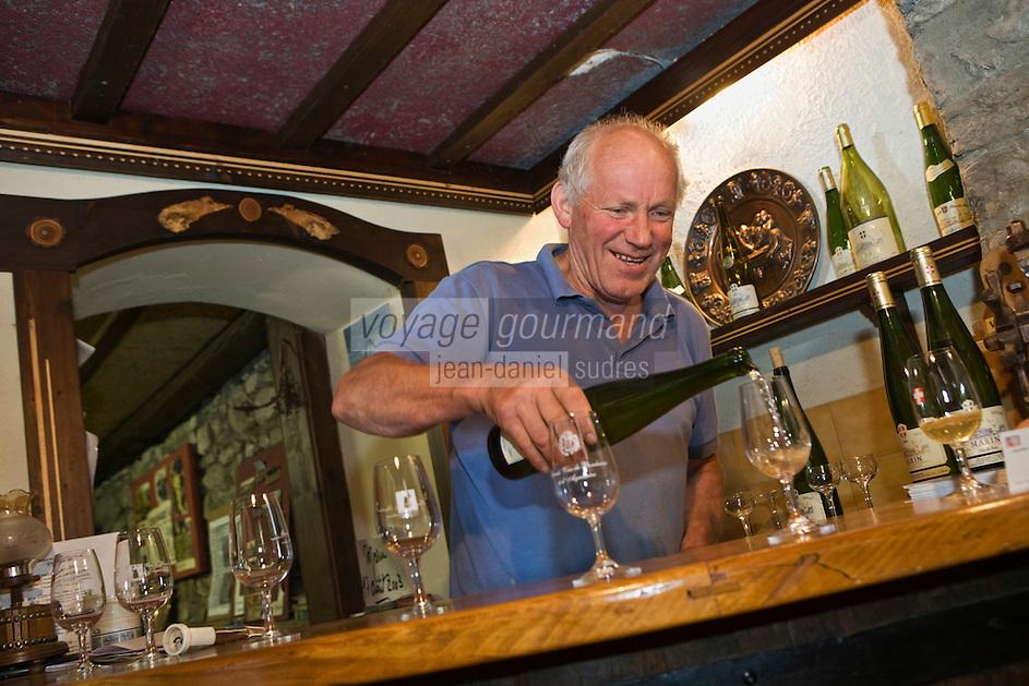 Europe/France/Rhône-Alpes/74/Haute Savoie/ Marin: Mr Delalex dans son caveau de dégustation - Cave Delalex