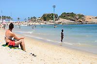 RIO DE JANEIRO, RJ, 07.02.2014 - CLIMA TEMPO / PRAIA / IPANEMA / RJ- Movimentação de banhistas na praia de Ipanema, com muito sol e calor e comprevisão de final de semana com dias quentes, na tarde desta sexta-feira (07), em Ipanema na zona sul da cidade do Rio de Janeiro, na  desta . (Foto: Marcelo Fonseca / Brazil Photo Press).