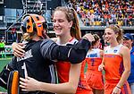 Den Bosch  -  Debutant in het grote Oranje, Felice Albers (Ned)   na  de Pro League hockeywedstrijd dames, Nederland-Belgie (2-0).  met keeper Anne Veenendaal (Ned)    COPYRIGHT KOEN SUYK