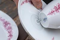 """Futterhäuschen, Futterplatz aus Porellan-Geschirr, Kaffeegeschirr selber basteln, einen attraktives Vogelfutter-Häuschen aus einen ausgedienten Kaffeservice und einer Etagere basteln. Schritt 2: die untere Schraube der Etagere von unten durch den Untersetzer und die Tasse stecken. Vogelfutter selbst herstellen, Vogelfutter selber machen, Vogelfutter selbermachen, Vogelfütterung, Fütterung, bird's feeding, """"upcycling, Wiederverwertung"""","""