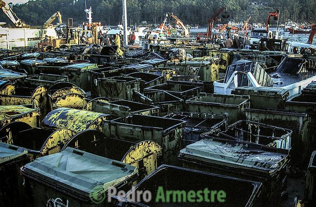 November 2002- Meloxo. A Coruña. The Prestige tanker broke apart and sank November 19 off the coast of Spain, spilling an estimated 17,000 tons of oil into the sea and taking 60,000 tons to the bottom with it. © Pedro Armestre..El desastre del Prestige se produjo cuando un buque petrolero monocasco resultó accidentado el 13 de noviembre de 2002, mientras transitaba cargado con 77.000 toneladas de petróleo, frente a la costa de la Muerte, en el noroeste de España, y tras varios días de maniobra para su alejamiento de la costa gallega, acabó hundido a unos 250 km de la misma. La marea negra provocada por el vertido resultante causó una de las catástrofes medioambientales más grandes de la historia de la navegación, tanto por la cantidad de contaminantes liberados como por la extensión del área afectada, una zona comprendida desde el norte de Portugal hasta las Landas de Francia. El episodio tuvo una especial incidencia en Galicia, donde causó además una crisis política y una importante controversia en la opinión pública..El derrame de petróleo del Prestige ha sido considerado el tercer accidente más costoso de la historia. © Pedro Armestre
