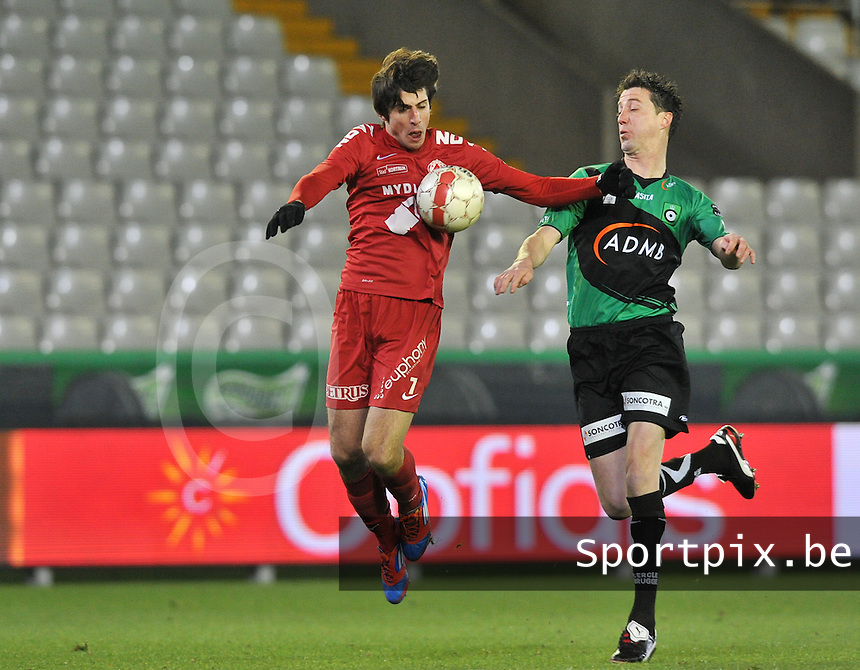 Cercle Brugge - KV Kortrijk : Pablo Chavarria met de balcontrole voor Bernt Evens (rechts).foto VDB / BART VANDENBROUCKE
