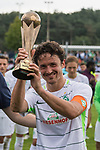 29.07.2017, Fritz Detmar Stadion, Lohne, GER, FSP SV Werder Bremen (GER) vs WestHam United (ENG), <br /> <br /> im Bild<br /> <br /> Thomas Delaney (Werder Bremen #6) mit dem Pokal<br /> Foto &copy; nordphoto / Kokenge