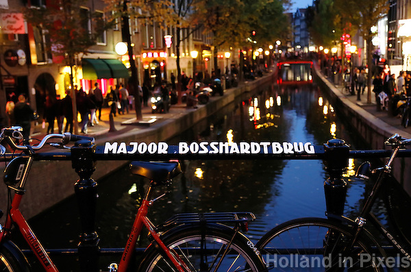 Amsterdam- Oudezijds Achterburgwal. Red light District. Majoor Bosshardtbrug. De brug is vernoemd naar een legendarische medewerkster van het Leger des Heils in Amsterdam