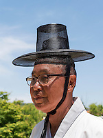 Bauer in traditioneller Kleidung im Hahoe Volkskundedorf bei Andong, Provinz Gyeongsangbuk-do, S&uuml;dkorea, Asien, UNESCO-Weltkulturerbe<br /> Farmer in traditional clothes  in Hahoe Folk Village near Andong,  province Gyeongsangbuk-do, South Korea, Asia, UNESCO world-heritage