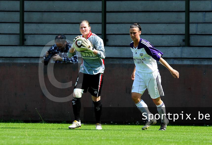 RSC Anderlecht Dames - Standard Femina : Standard kampioen 2010 - 2011 : Sofie Van Houtven aan de bal voor Marjorie De Rammelaere.foto DAVID CATRY / Vrouwenteam / Loft6