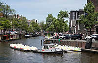 Nederland  Amsterdam - 2019.  Waterfietsen worden naar een opstapplaats in de Prinsengracht gesleept.  Foto Berlinda van Dam / Hollandse Hoogte