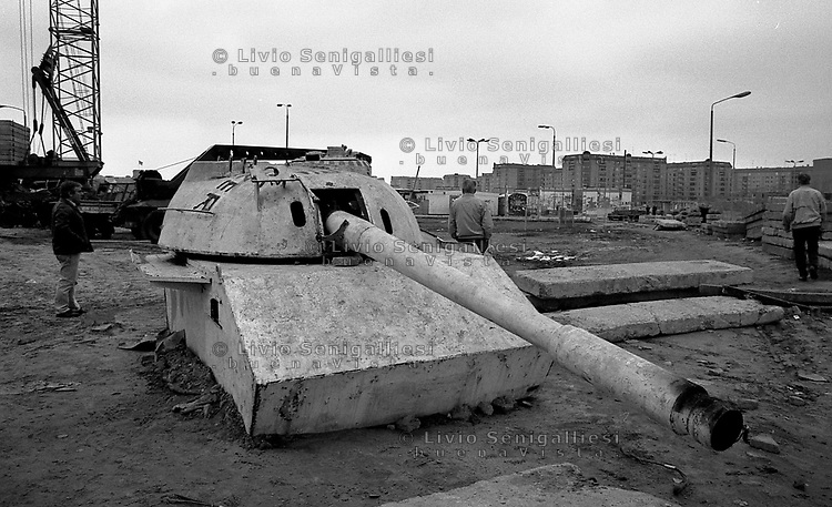 BERLINO EST / DDR / GERMANIA EST / 20 NOVEMBRE 1989.RESIDUATI BELLICI NELLA ZONA TRA I DUE MURI IN POTSDAMER PLATZ..FOTO LIVIO SENIGALLIESI..EAST BERLIN / DDR / EAST GERMANY / 20 NOVEMBER 1989.RUSSIAN ARMY TANK AND REMAINS OF THE COLD WAR BETWEEN THE TWO WALLS IN THE AREA OF POTSDAMER PLATZ..PHOTO LIVIO SENIGALLIESI