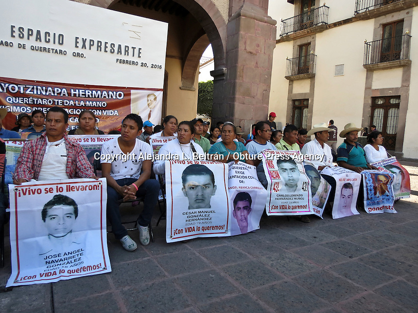 Querétaro, Qro. 22 de febrero 2016. Padres de los 43 normalistas desaparecidos de Ayotzinapa marcharon hoy desde la Alameda Hidalgo hasta Plaza de Armas como parte de la caravana con la cual han ido recorriendo el país para exigir justicia. Cada uno sosteniendo la fotografía de sus hijos desaparecidos, llegaron hasta Plaza de Armas para encabezar ahí un mitín con asociaciones civiles locales. Foto: Alejandra L. Beltrán / Obture Press Agency