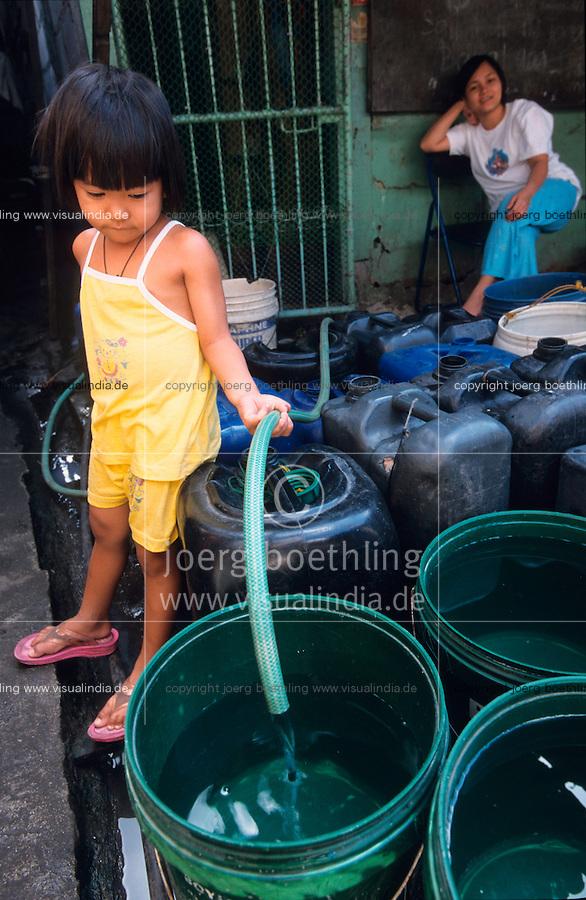 PHILIPPINES Manila, slum dweller of Dagat-Dagatan live above dirty open sewage canal which causes diseases and there is a shortage of safe drinking water / PHILIPPINEN, Megacity Manila, Slumbewohner in Dagat-Dagatan leben an einem Abwasserkanal der Krankheiten und Infektionen verursacht , die Trinkwasser Versorgung ist katastrophal