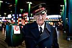SCHIPHOL - De heer M.P. van Dijk, soldaat van het Leger Des Heils, collecteert  op Schiphol.
