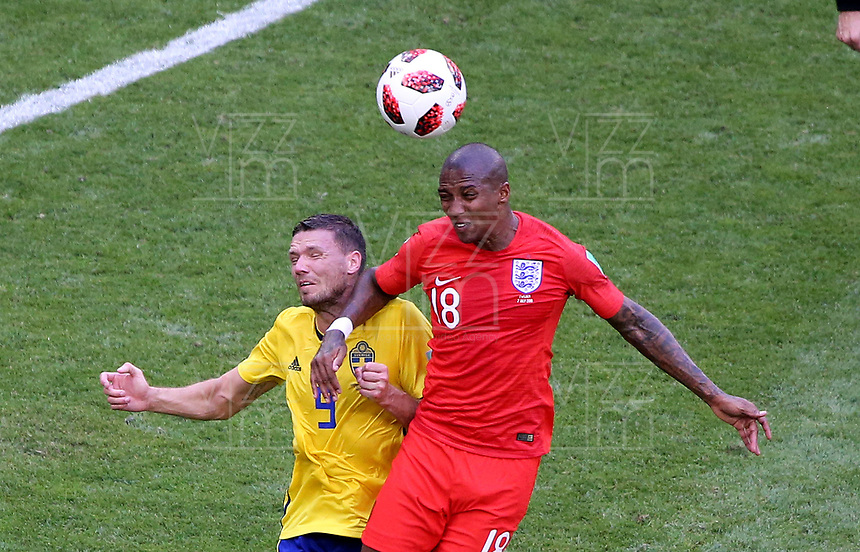 SAMARA - RUSIA, 07-07-2018: Marcus BERG (Izq) jugador de Suecia disputa el balón con Ashley YOUNG (Der) jugador de Inglaterra durante partido de cuartos de final por la Copa Mundial de la FIFA Rusia 2018 jugado en el estadio Samara Arena en Samara, Rusia. / Marcus BERG (L) player of Sweden fights the ball with Ashley YOUNG (R) player of England during match of quarter final for the FIFA World Cup Russia 2018 played at Samara Arena stadium in Samara, Russia. Photo: VizzorImage / Julian Medina / Cont