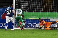 BOGOTA - COLOMBIA - 18 – 02 - 2018: Wuilker Fariñez, portero de Millonarios (Der.), detiene el balón en disparo de Dayro Moreno (2 Izq.), durante partido de la fecha 4 entre Millonarios y Atletico Nacional, por la Liga Aguila I 2018, jugado en el estadio Nemesio Camacho El Campin de la ciudad de Bogota. / Wuilker Fariñez, goalkeeper of Millonarios stops the ball in a shoot of Dayro Moreno (2 L), during a match of the 4th date between Millonarios and Atletico Nacional,  for the Liga Aguila I 2018 played at the Nemesio Camacho El Campin Stadium in Bogota city, Photo: VizzorImage / Luis Ramirez / Staff.