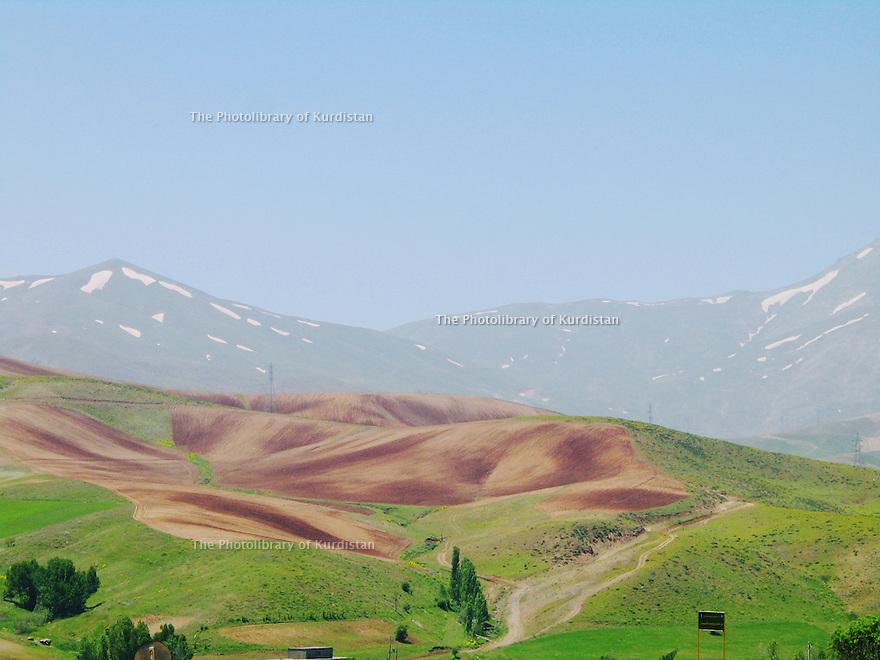 Iran 2004  Paysage avec champs et montagnes au printemps dans le Kurdistan<br /> Iran 2004  Springtime in Kurdistan: Landscape with fields and mountains<br /> ئیران 2004 , دیمه نی شاخ و ده شت له به هاری کوردستان.