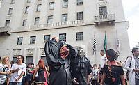 S&Atilde;O PAULO,SP, 02.11.2015 - ZOMBIE-WALK - <br /> Movimenta&ccedil;&atilde;o de pessoas fantasiadas durante o Zombie Walk, na regi&atilde;o central de S&atilde;o Paulo, nesta segunda-feira (2). O evento surgiu na Calif&oacute;rnia em 2001 e, desde 2006, e realizado anualmente em S&atilde;o Paulo, sempre no Dia de Finados. (Foto: Fabricio Bomjardim/Brazil Photo Press)