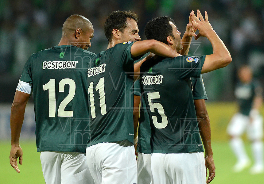 MEDELLÍN -COLOMBIA-18-04-2015. Francisco Najera (Der) jugador de Atlético Nacional celebra con sus compañeros un gol anotado a Atlético Junior durante partido por la fecha 16 de la Liga Aguila I 2015 jugado en el estadio Atanasio Girardot de la ciudad de Medellín./ Francisco Najera (R) player of Atletico Nacional  celebrates with his teammates a goal scored to Atletico Junior during the match for the  16th date of the Aguila League I 2015 at Atanasio Girardot stadium in Medellin city. Photo: VizzorImage/León Monsalve/ Cont