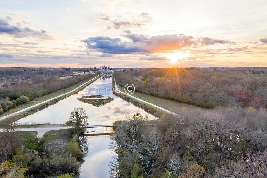 France, Loire-et-Cher (41), Chambord, château de Chambord, le Cosson canalisé à l'est du château le soir (vue aérienne)