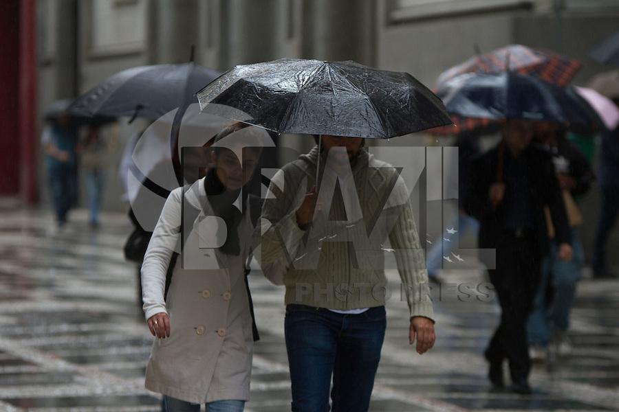 SAO PAULO 01 DE JULHO DE 2013  - CLIMA TEMPO CAPITAL PAULISTA - Pedestres se protegem da chuva no inicio da tarde desta segunda-feira (01), na região central de São Paulo.(Foto: Amauri Nehn/Brazil Photo Press)