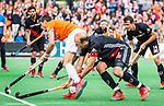 BLOEMENDAAL   - Hockey -  Xavi Lleonart Blanco (Bldaal) met rechts Billy Bakker (A'dam) .  3e en beslissende  wedstrijd halve finale Play Offs heren. Bloemendaal-Amsterdam (0-3).  Amsterdam plaats zich voor de finale.  COPYRIGHT KOEN SUYK