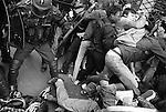 Dans les bousculades, il arrive parfois que la foule s'entasse dans un passage plus étroit, forçant les policiers à s'arreter pour ne pas piétiner les manifestants.