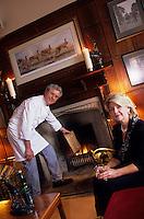 """Europe/Grande-Bretagne/Ecosse/Moray/Speyside/Glenlivet : Hôtel de charme """"Minmore House"""" - Le chef Victor et son épouse dans le salon"""