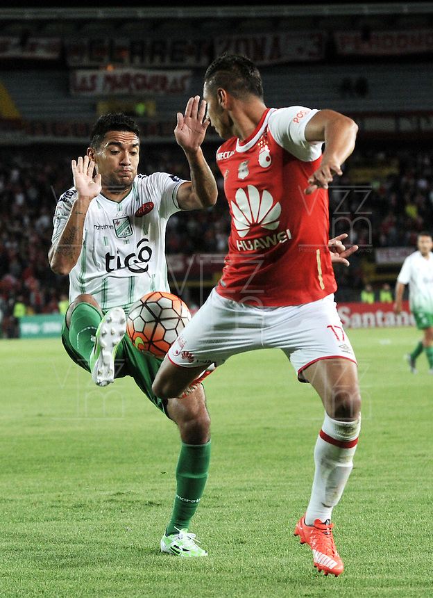 BOGOTA- COLOMBIA – 11-02-2016: Juan Roa (Der.) jugador del Independiente Santa Fe de Colombia, disputa el balon con Alcides Peña (Izq.) jugador de Oriente Petrolero de Bolivia,  durante partido de vuelta entre Independiente Santa Fe de Colombia y Oriente Petrolero de Bolivia, por la primera fase de la Copa Bridgestone Libertadores en el estadio Nemesio Camacho El Campin, de la ciudad de Bogota. / Juan Roa (R) player of Independiente Santa Fe of Colombia, figths for the ball with Alcides Peña (L) player of Oriente Petrolero of Bolivia during a match for the second leg between Independiente Santa Fe of Colombia and Oriente Petrolero of Bolivia for the first phase, of the Copa Bridgestone Libertadores in the Nemesio Camacho El Campin in Bogota city. VizzorImage / Luis Ramirez / Staff.