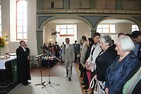 Pfarrer Burkhard Lusky mit dem alten und neuen Kirchenvorstand im Gottesdienst
