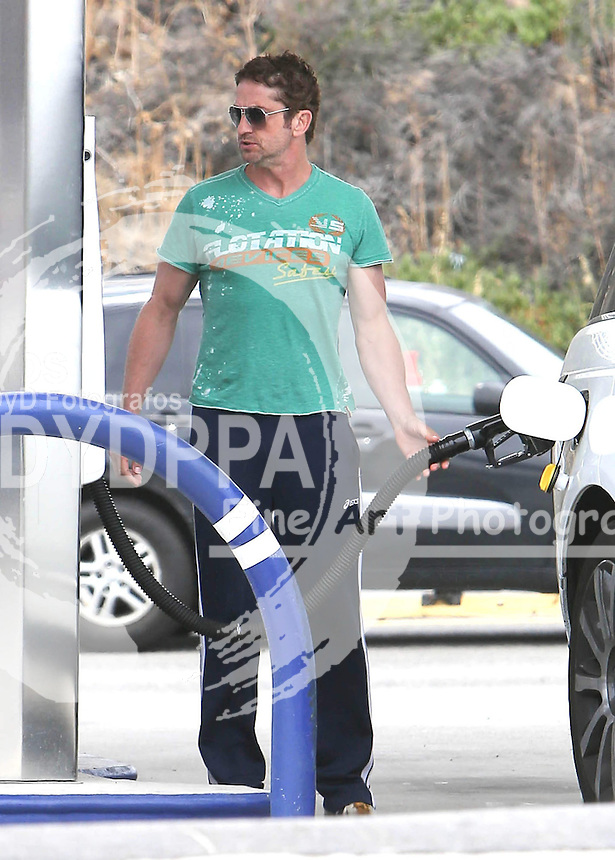 Hollywood actor Gerard Butler Sighted in Los Angeles Petrol Station in Los Angeles<br /> This pic: Gerard Butler <br /> JOB REF:18195 PHZ/STMP   DATE:13.05.2015
