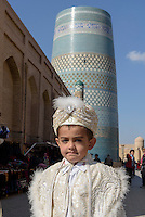 Beim Beschneidungsfest vor dem Kalta Minor Minarett  in der Altstadt Ichan Qala, Chiwa, Usbekistan, Asien<br /> boy at the celebration of circumcisionin front of Kalta minor Minaret in the  hitoric city Ichan Qala, Chiwa, Uzbekistan, Asia