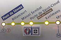 Hinweisschild auf das EM-Stadion Parc de Princes in der Pariser Metro - EM 2016: Rumänien vs. Schweiz, Parc de Princes, Gruppe A 2. Spieltag, Paris