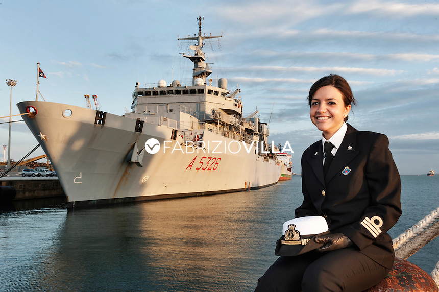 Serena Petrucciuolo. Tenente di Vascello Medico della Marina Militare fotografata davanti Nave Etna.
