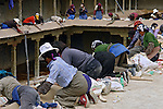 Mulheres trabalhando em construçao. Sakya. Tibet. China. 2007. Foto de Caio Vilela.