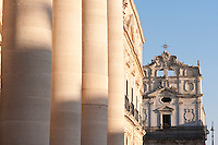 Chiesa of Santa Lucia alla Badia and details of il Duomo, Piazza del Duomo, Siracusa, Sicily