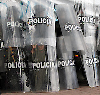 BOGOTA -COLOMBIA. 1-05-2014. En calma se conmemoro el dia de los trabajadores en la capital del pais , cientos de trabajadores marcharon por el el centro de la ciudad.  Calm day workers are commemorated in the capital of the country, hundreds of workers marched through the city center. . Photo: VizzorImage/ Felipe Caicedo