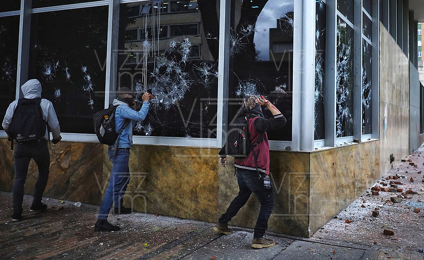 BOGOTÁ - COLOMBIA, 27-09-2019:En una asonada con bombas Molotov y piedras  por parte de encapuchados contra el edificio del ICETEX  termino la  marcha de los estudiantes de las universidades públicas y privadas en protesta por la corrupción administrativa y los excesos del ESMAD de la Policia Nacional./In an assault with Molotov bombs and hooded stones against the ICETEX building, the march of students from public and private universities ended in protest against administrative corruption and the excesses of the National Police ESMAD. Photo: VizzorImage / Diego Cuevas / Contribuidor
