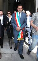 """NAPOLI CELEBRAZIONI FESTA DELLA REPUBBLICA PRIMA USCITA UFFICIALE DEL NUOVO SINDACO NELLA FOTO LUIGI DE MAGISTRIS INDOSSA PER LA PRIMA VOLTA LA FASCIA TRICOLORE FOTO CIRO DE LUCAil Sindaco di Napoli Luigi De Magistris beve da una fontanella pubblica Luigi de Magistris condannato nel processo """" why not"""""""