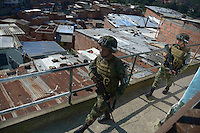MEDELLÍN -COLOMBIA. 24-05-2014. Soldados vigilan la seguridad en la comuna 13 de Medellín durante la jornada de elecciones Presidenciales en en Colombia que se realizan hoy 25 de mayo de 2014 en todo el país./ Soldiers guard the comuna 13 in Medellin during the day of Presidential elections in Colombia that made today May 25, 2014 across the country. Photo: VizzorImage / Luis Rios /Str