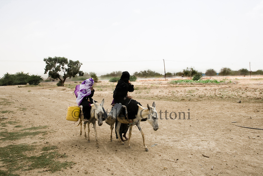 Yemen - Hudaydah - Villagers filling the tanks with water from a private well. Yemen's economy depends heavily on oil production, and its government receives the vast majority of its revenue from oil taxes. Yet analysts predict that the country's petroleum output, which has declined over the last seven years, will fall to zero by 2017. The government has done little to plan for its post-oil future. Yemen's population, already the poorest on the Arabian peninsula and with an unemployment rate of 35%, is expected to double by 2035..The trends will exacerbate large and growing environmental problems, including the exhaustion of Yemen's groundwater resources. Given that a full 90% of the country's water is used for agriculture, this trend portends disaster..Sanaa's well are expected to dry out by 2015, partly due to illegal drilling, partly because 40% of the city's water is diverted for qat production, and partly because conservation rules are difficult to enforce. Only 20% of the houses receive water, the other 80% has to collect it from pumps and wells. 15% of the urban population only uses bottled water as its primary drinking water source and that is why Yemen has one of the highest world mortality rate, most of the diseases being related to water..