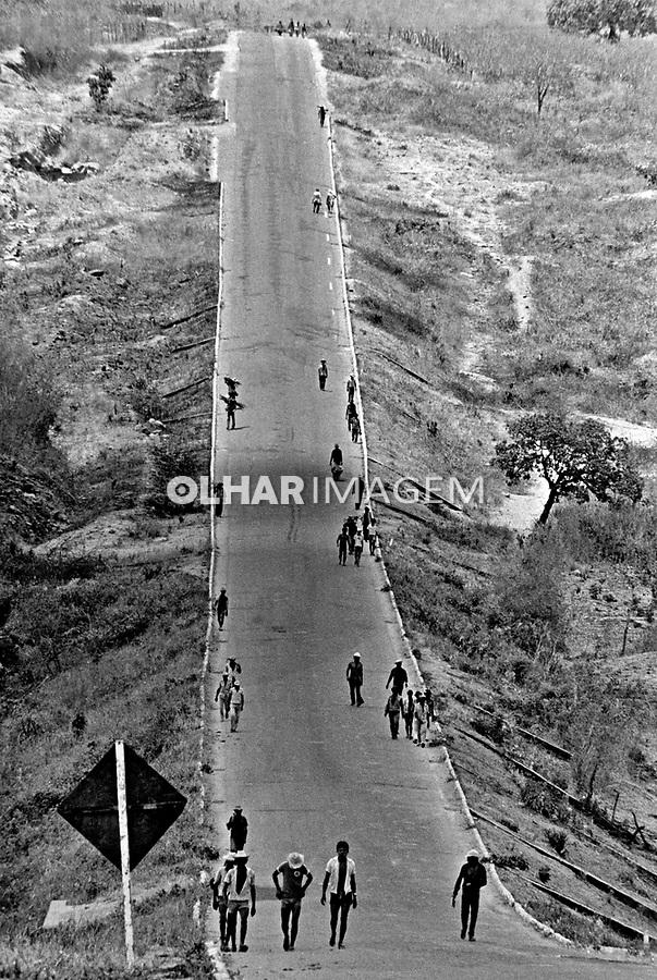 Frente de Trabalho durante seca no sertão do Ceará. 1983. Foto de Juca Martins.
